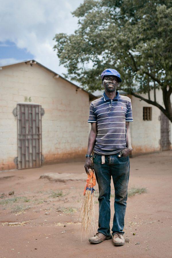 editorial-photography-portrait-malawi-sweeper-namisu